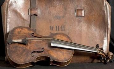 Subastarán el violín de la orquesta del Titanic