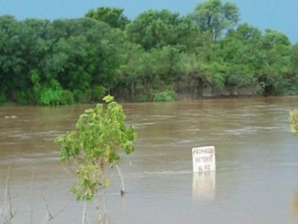 El río Carcarañá creció y en la ruta 9 ya llegó a tocar la base del puente