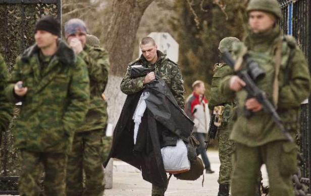 Fuerzas prorrusas toman bases militares ucranianas en Crimea