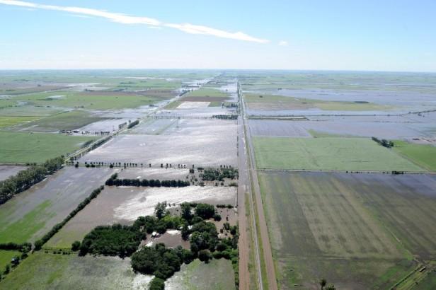 Pedido desesperado de productores por la inundación de tierras