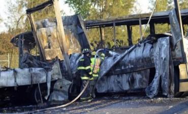 Chocó un autobús lleno de estudiantes en EEUU: 10 muertos