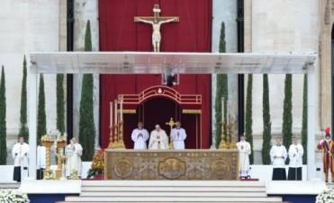 El papa Francisco proclamó santos a Juan XXIII y Juan Pablo II en una multitudinaria ceremonia