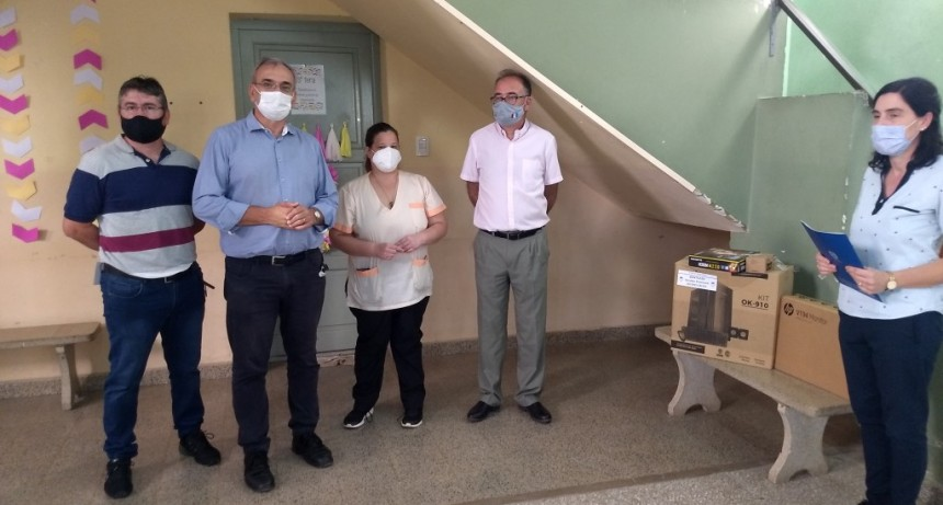 Entrega de recursos y equipamiento a escuelas y centro de salud en María Juana del Senador Alcides Calvo