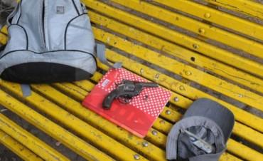 Apresaron a tres alumnos armados en plena plaza del Soldado en Santa Fe