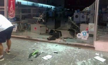 Acuartelamiento de la policía, saqueos y robos en Concordia: hay un muerto y varios heridos
