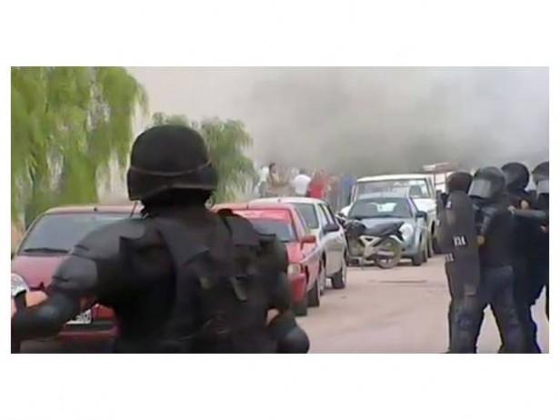 Violenta represión policial en Catamarca a los vecinos que protestan por la minera