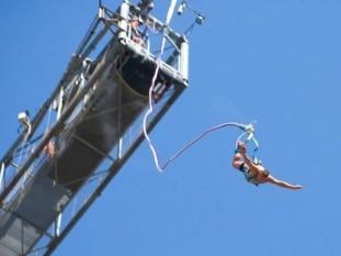Moreno: dos jóvenes murieron al practicar bungee jumping desde una grúa