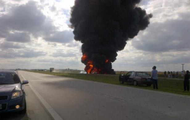 Un muerto al explotar un camión cisterna tras un choque en la autopista Rosario-Córdoba