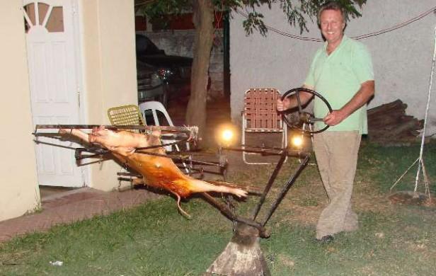 Un cordobés inventó un asador con volante y luces