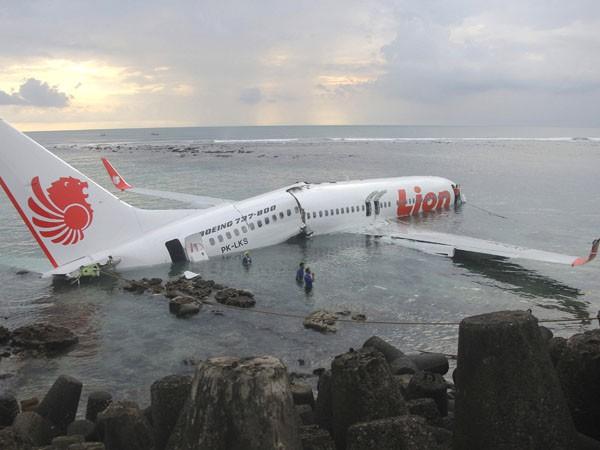 Avión con 130 pasajeros cayó al agua y se partió: sobrevivieron todos