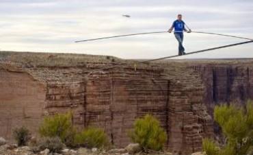 Cruzó el Gran Cañón del Colorado en la cuerda floja y sin protección alguna